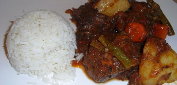 Carne ensopada com batata e cenoura