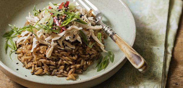 Salada oriental de arroz com frango